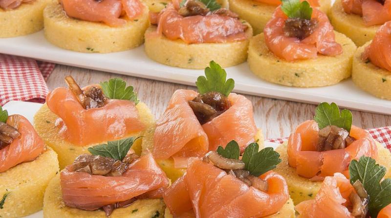 Tartine di polenta con salmone e crescenza