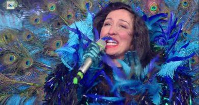 EMANUELA AURELI (alias PAVONE) è il terzo cantante s-mascherato! | MASTINO e MOSTRO al televoto. In finale: CONIGLIO, ANGELO e LEONE