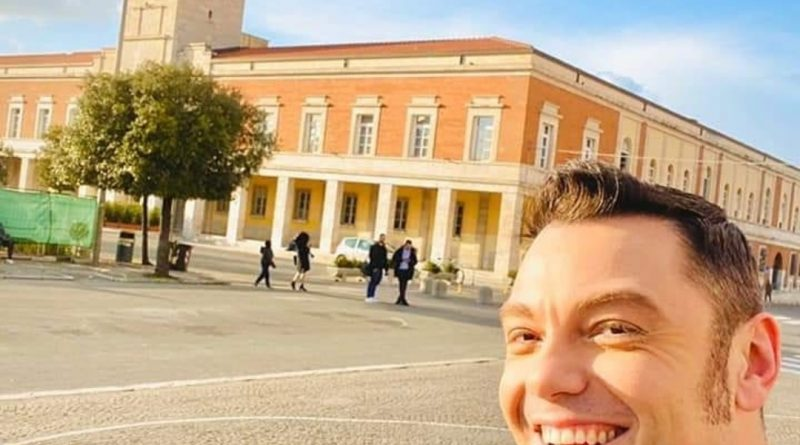 Passeggiamo con Tiziano Ferro nella sua Latina, partiamo dalla sua panchina nel parco | Appuntamento con la fantasia