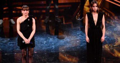 Alessandra Amoroso e Matilde Gioli sul palco dell'Ariston per omaggiare tutti i lavoratori del mondo dello spettacolo!